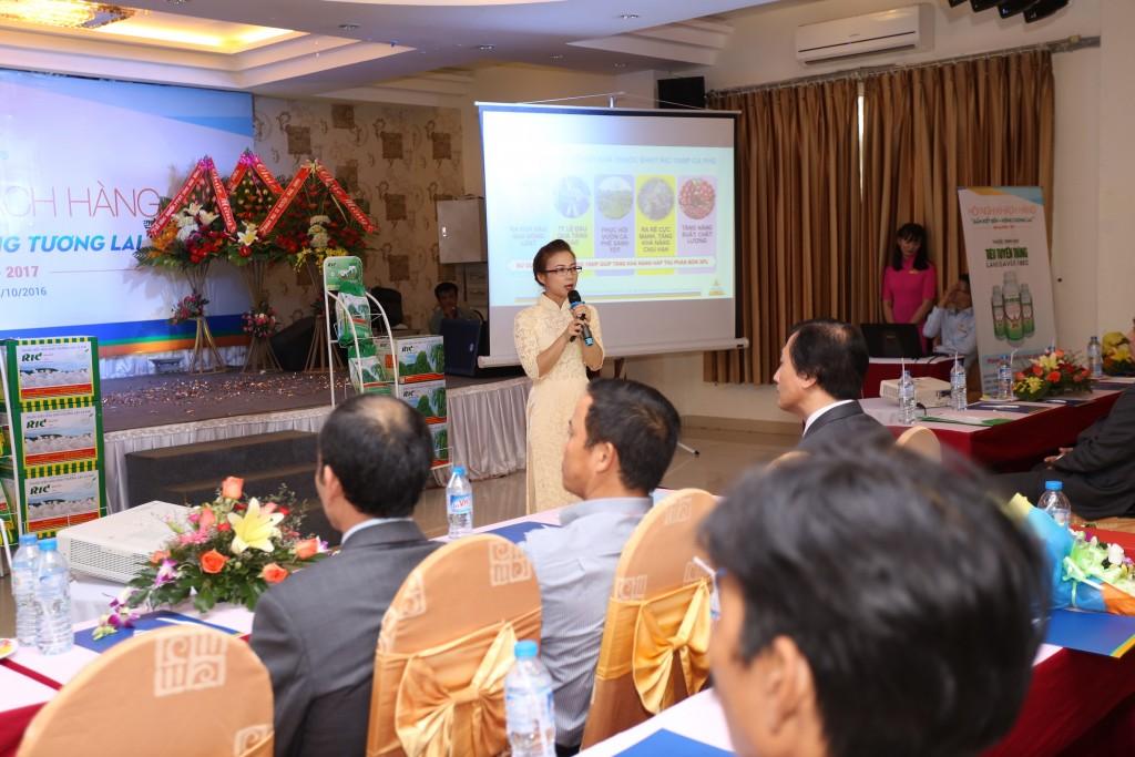 Chuyên Viên Kỹ Thuận giới thiệu sản phẩm RIC 10WP và sản phẩm sắp ra mắt Tiêu Tuyến Trùng 18EC tại HNKH